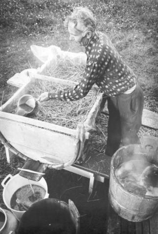 Kuurinassa olevan mäskin päälle voidaan kaataa myös kuumaa vettä, jotta kaikki maku saadaan talteen. Kuva vuodelta 1974, kuvaaja Hannu Latvajärvi. ©Kankaanpään kaupunginmuseo.