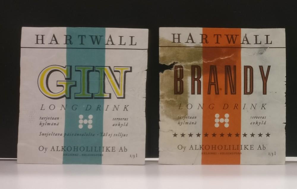 Hartwallin Gin long drinkin ja Brandy long drinkin etiketit, 1950-luku. Hotelli- ja ravintolamuseo, Alkon kokoelma.