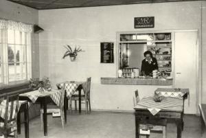 Heinolan linja-autoaseman kioski-kahvila, 1952. Matkaravinto Oy. Hotelli- ja ravintolamuseon kokoelmat.
